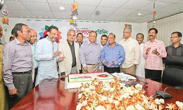 Bashundhara Group Chairman Ahmed Akbar Sobhan cuts a mega birthday cake at the conference room of East West Media Group Limited on Friday to mark the fourth anniversary of Bangladesh Protidin. On his right is Bangladesh Protidin Editor Naem Nizam and on his left is Executive Editor Pir Habibur Rahman.