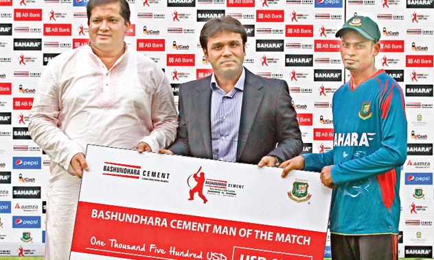 Bashundhara Group Vice-chairman Shafiat Sobhan Sanbir gives prize money to Taijul Islam at an award ceremony at Sher-e-Bangla National Cricket Stadium in Dhaka on Monday. Taijul was adjudged the man of the match in the first test of Bashundhara Cement three-match Test series against Zimbabwe.